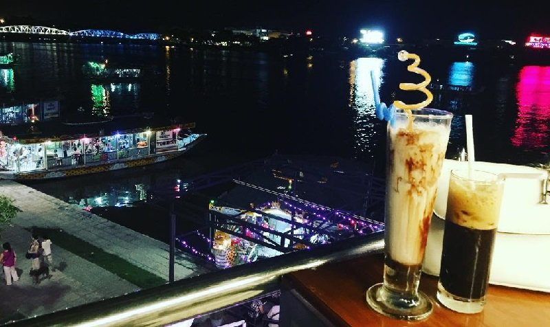 Drink a cup of coffee while visiting the Perfume River at night