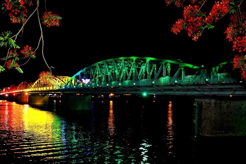 Feast your eyes on the shimmering Trang Tien Bridge in Hue at night